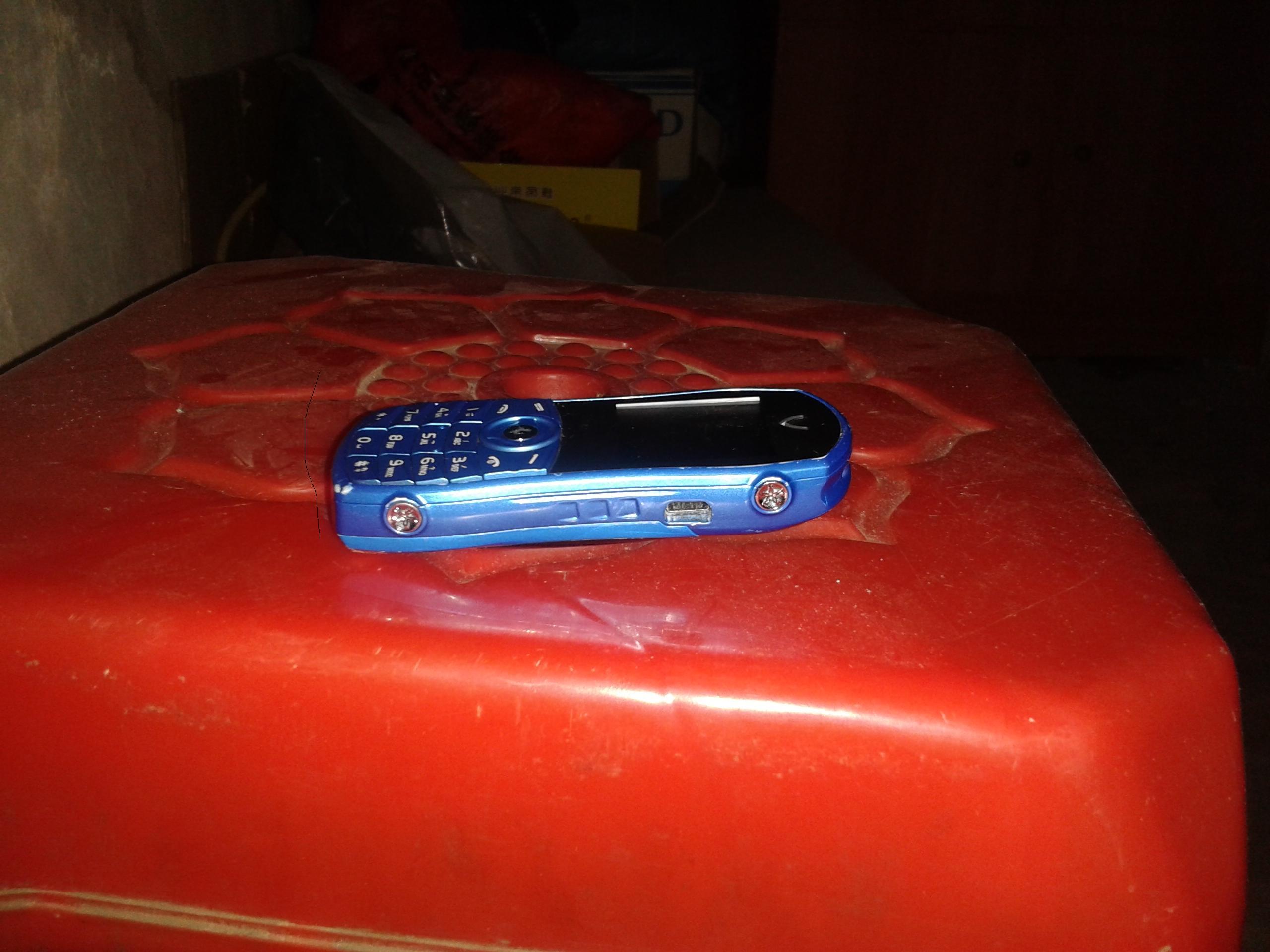 出售迷你型小汽车手机 电脑 数码产品高清图片
